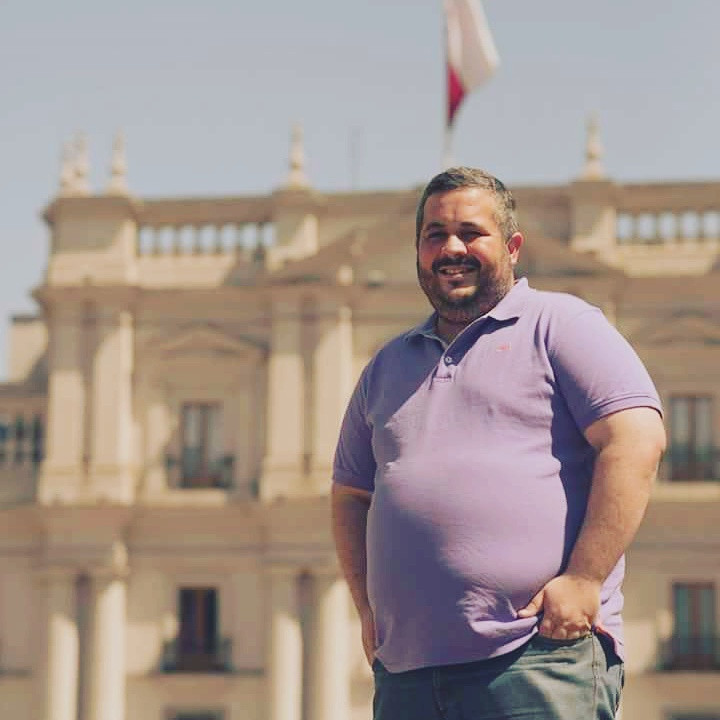 Danilo Dias no Chile com Palácio La Moneda ao fundo