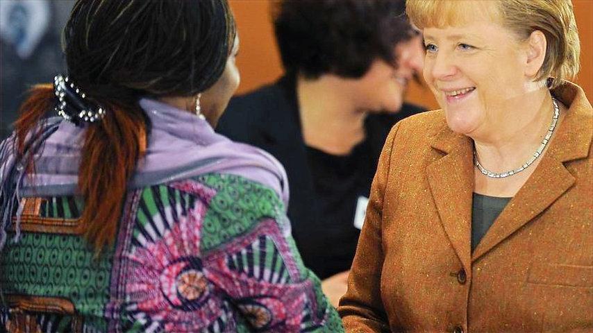 Bundeskanzlerin-Angela-Merkel-begruesst-Virginia-Wangare-Greiner-vom-Maisha-Verein-der-Selbsthilfegr