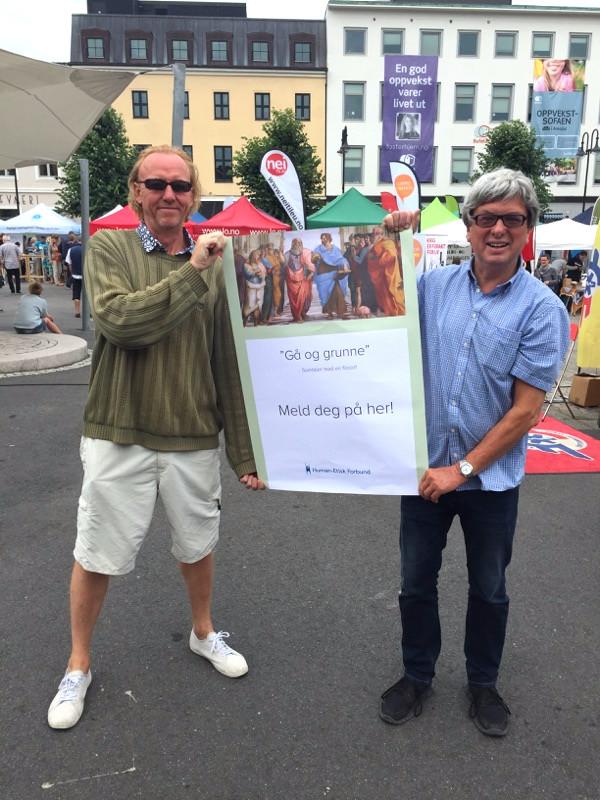 """Filosofkollega Øyvind Olsholt (til venstre) og meg selv med """"Gå og grunne""""-plakat."""