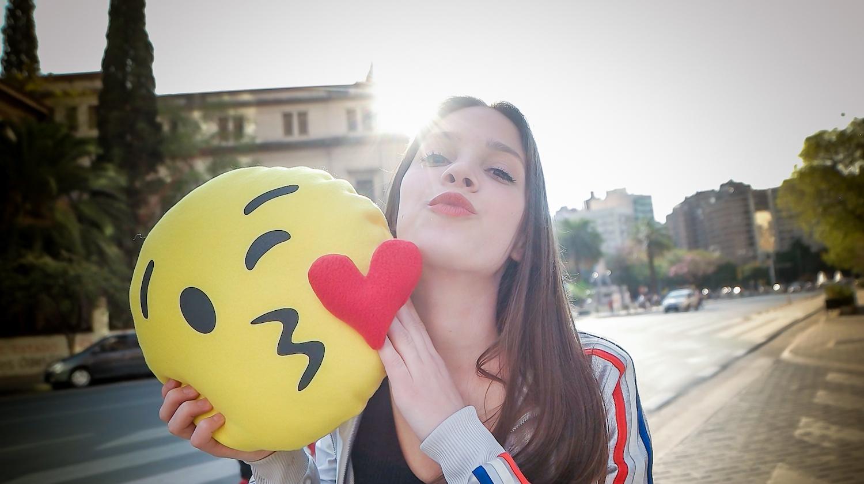 almohadon beso corazon