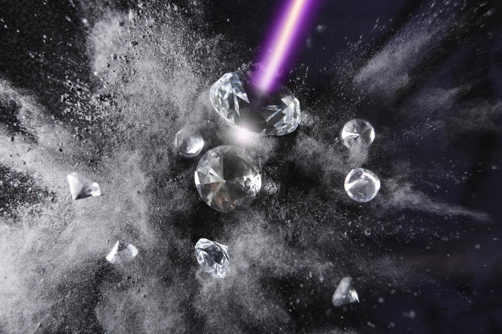 Diamond and graphite are different forms of carbon that can be transformed into each other. The transition from diamond into graphite has now been observed in detail with the help of an X-ray laser. @ DESY, Gesine Born