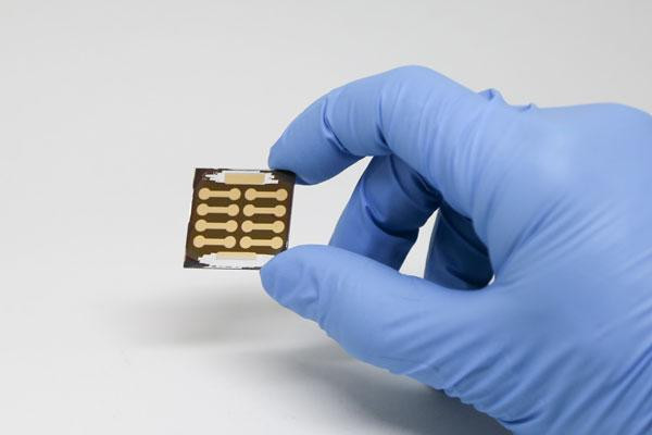 The new perovskite solar cells have achieved an efficiency of 20.1 per cent and can be manufactured at low temperatures, which reduces the cost and expands the number of possible applications. @ Photo: Kevin Soobrian