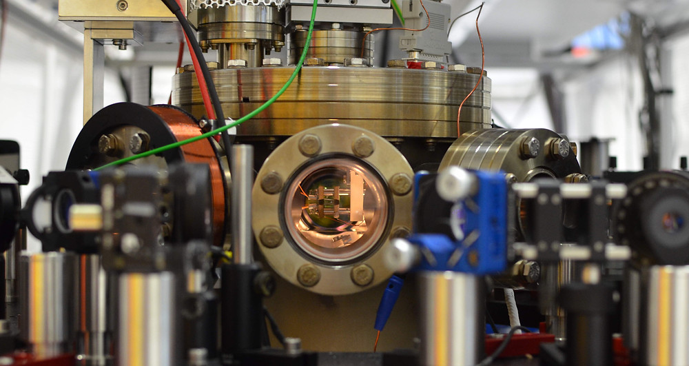 Vacuum chamber containing the atom trap (center)