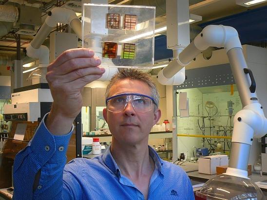 Professor Dingemans with the perovskite solar cells - Photo: JW