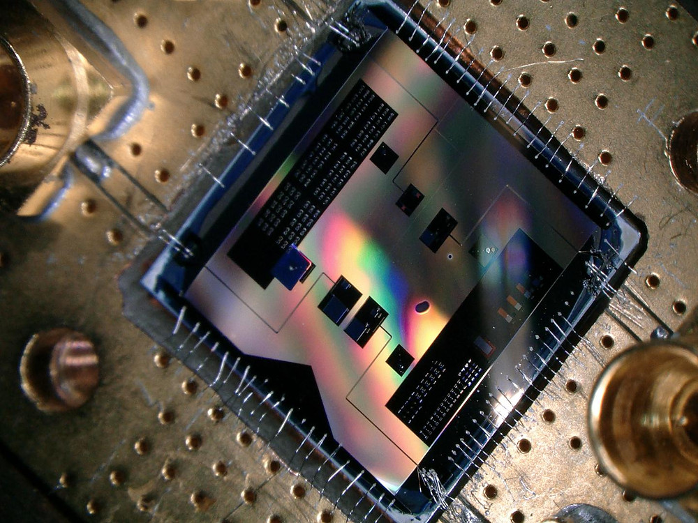 This quantum chip (1x1 cm big) allows the researchers to listen to the smallest radio signal allowed by quantum mechanics.  @ TU Delft