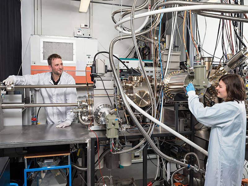 Benedikt Mayer und Lisa Janker an der Epitaxieanlage im Walter Schottky Institut der TU München – Foto: Uli Benz / TUM
