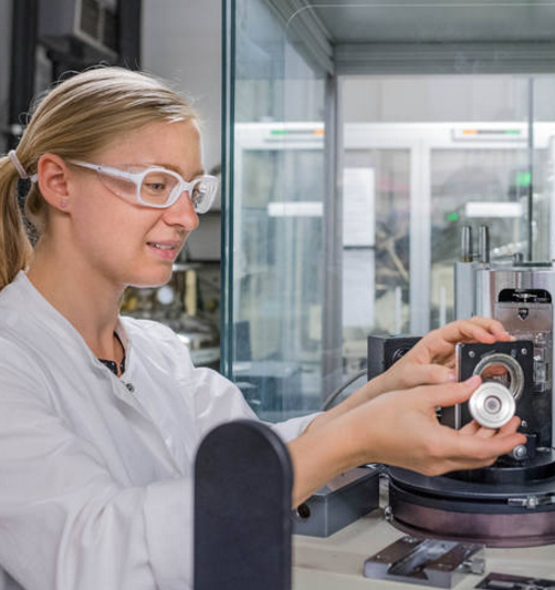 Daniela Pfister, who discovered the material, at the x-ray diffractometer – Photo: A. Heddergott / TUM