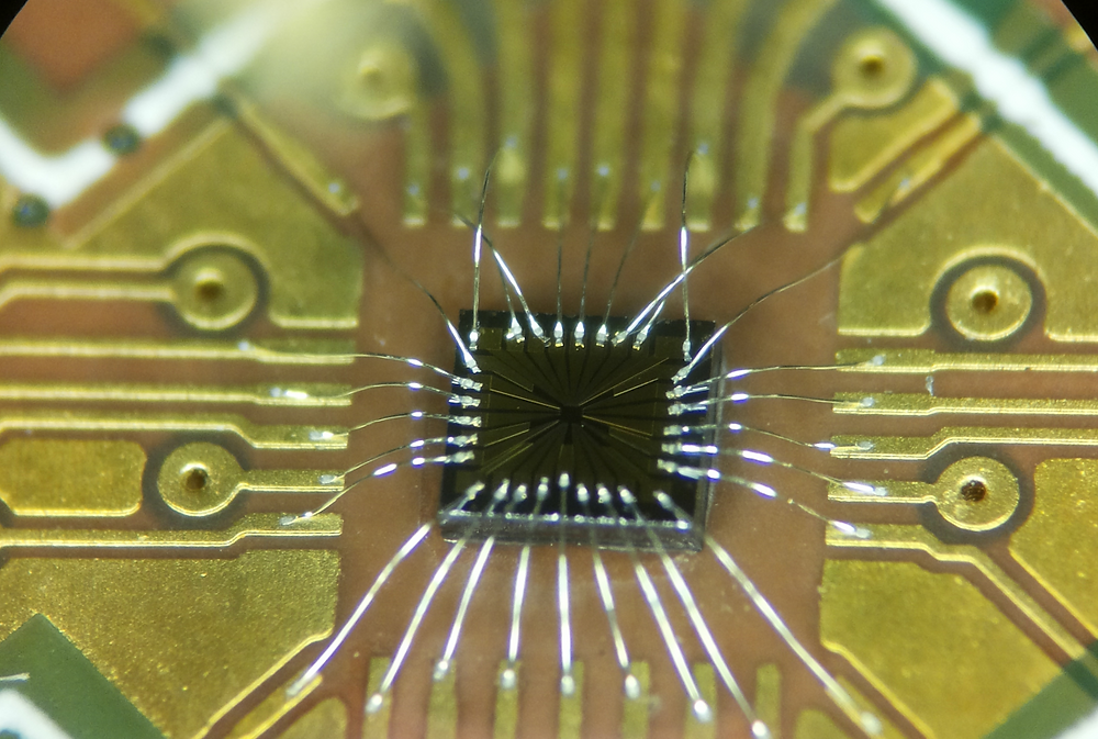 The chip with the electrical contacts used to create the quantum dots.  @ Tim Baart.
