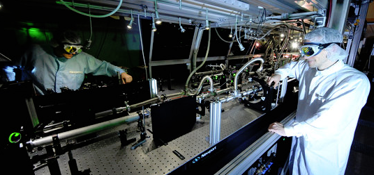 With extremely intense laser pulses, the international team of laser physicists generates fast electrons, which in turn emit attosecond light flashes as plasma levels. [less] © Thorsten Naeser