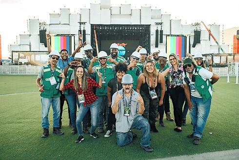 FOTO DESCONTRAIDA COM 15 COLABORADORES DA FACILITYDOC NO ROCK IN RIO.