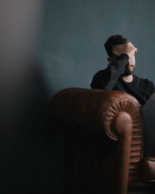 ソファーの上に男を考えます