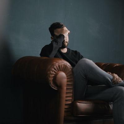 Penser l'homme sur canapé