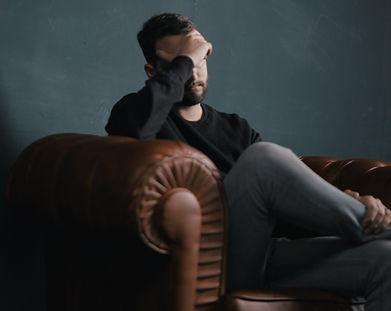 Denkender Mann auf Couch