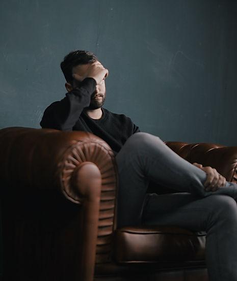 Denkender Mann auf Couch | innere Ruhe finden