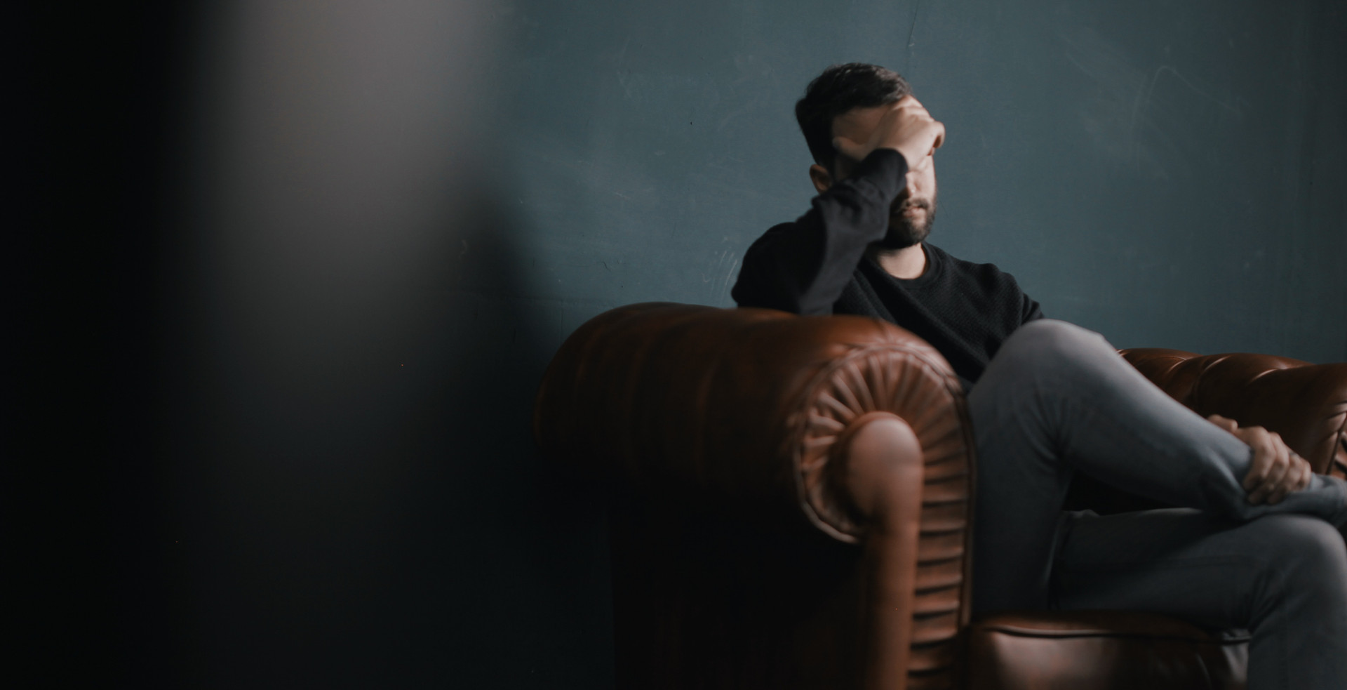 Pensamento do homem no sofá
