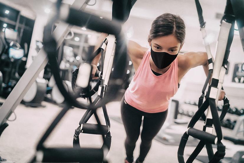 マスクをして運動する女性