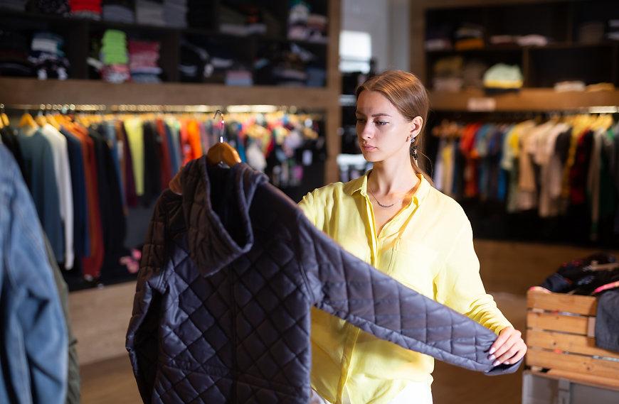 店で商品を並べる女性