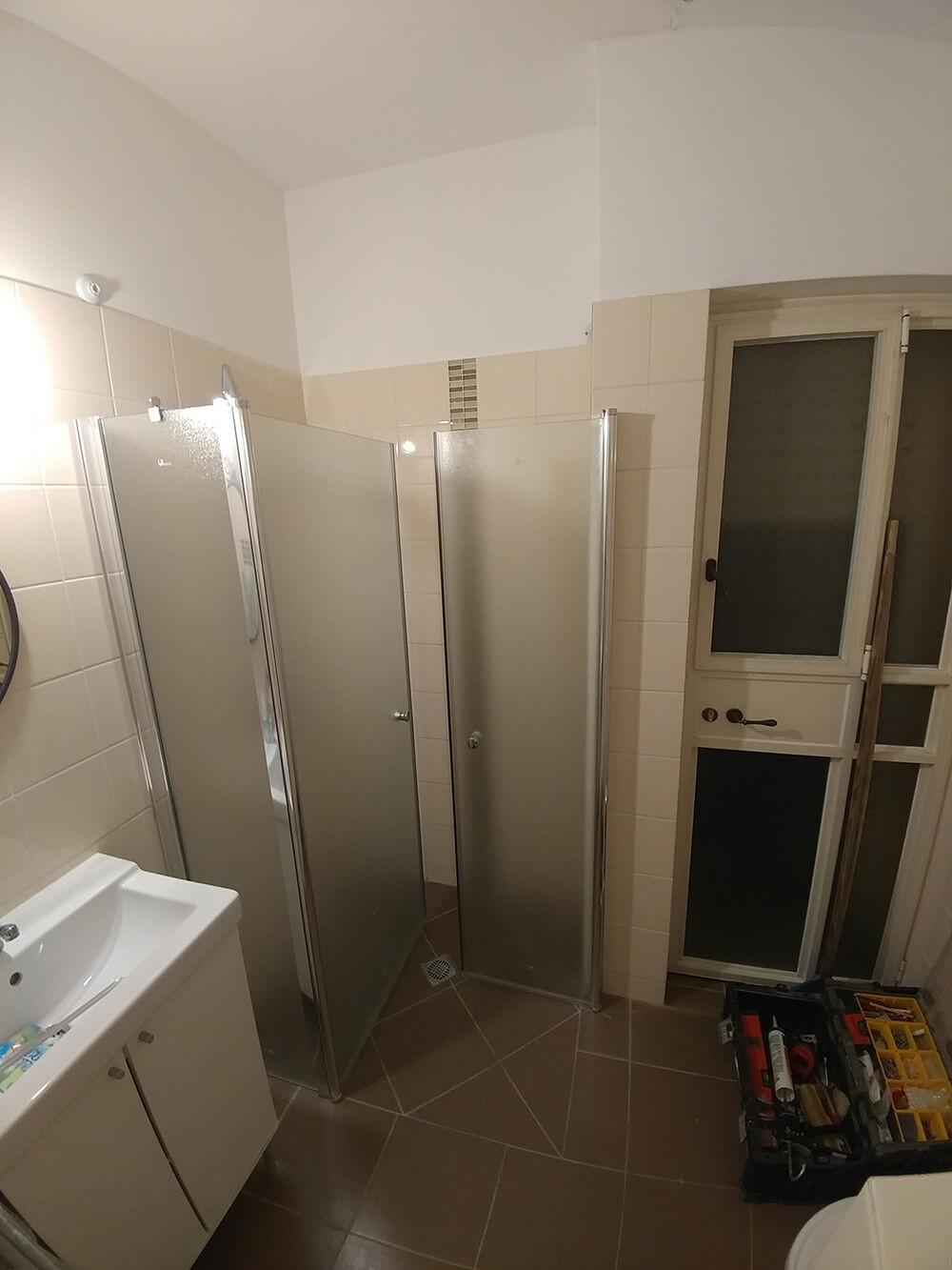 מקלחון פינתי - דלתות פתוחות פנים