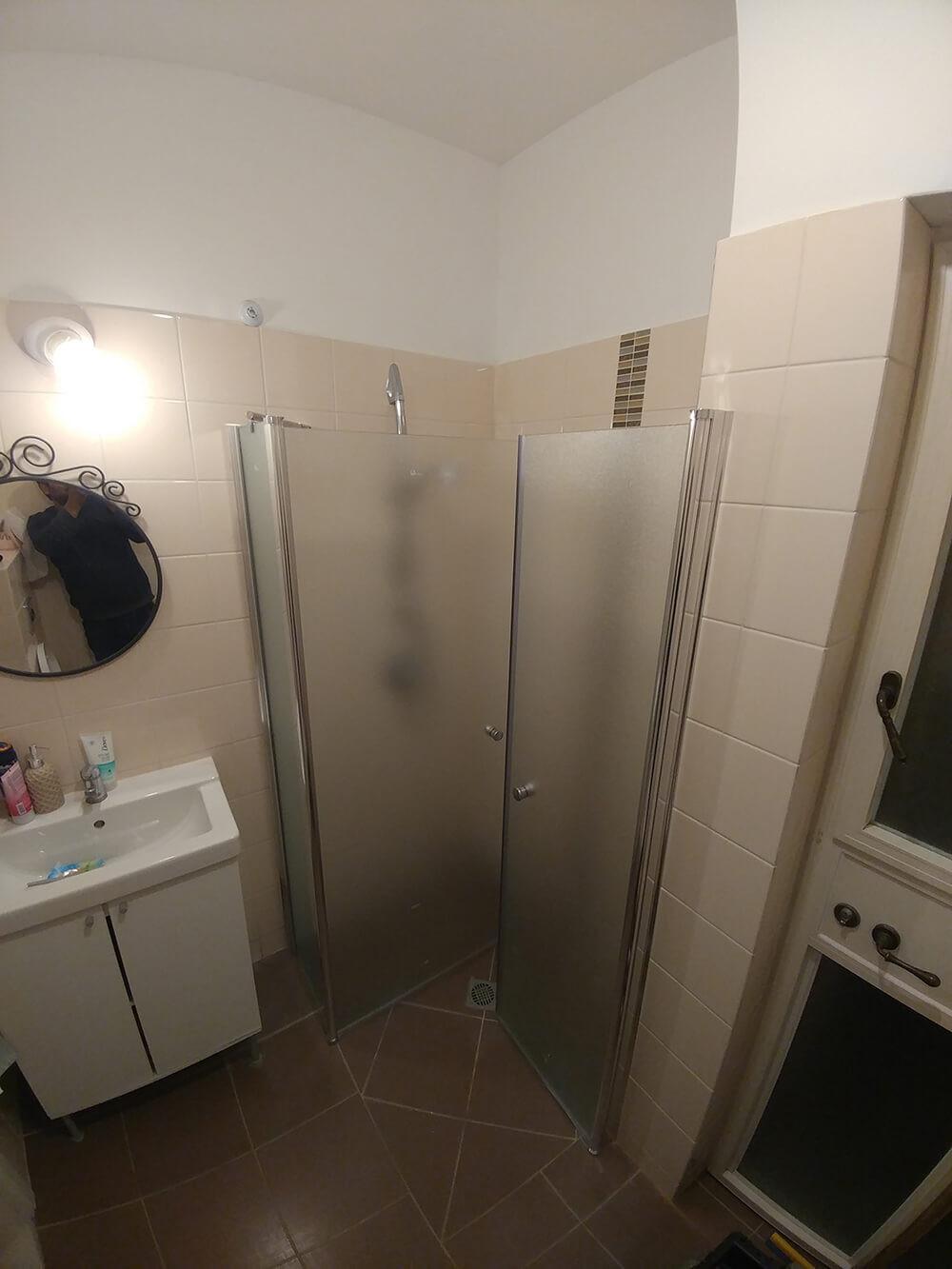 מקלחון פינתי - דלתות פתוחות פנים 2