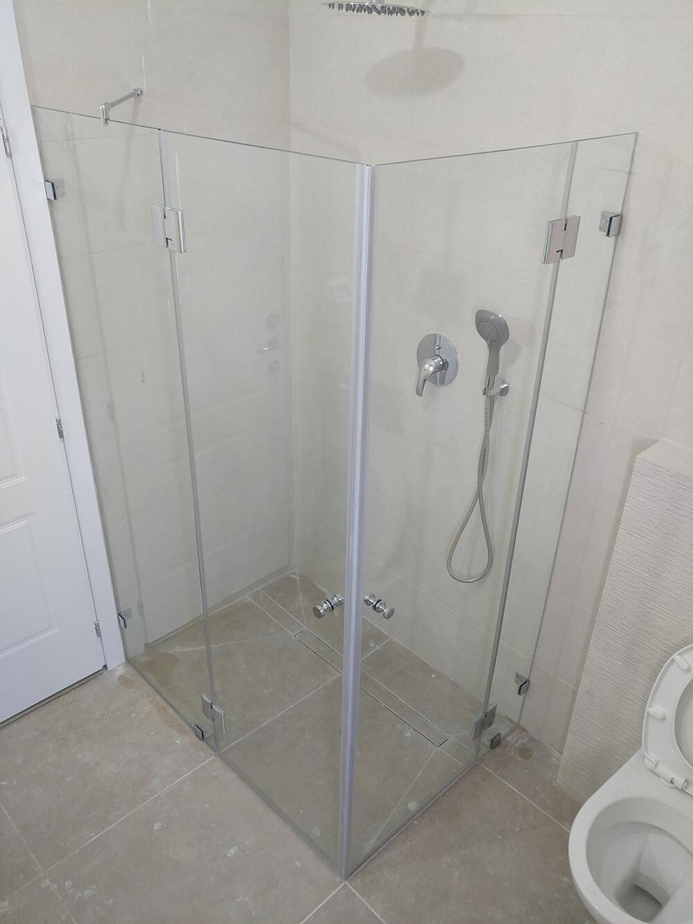 מקלחון פינתי מותקן - מקלחון סגור