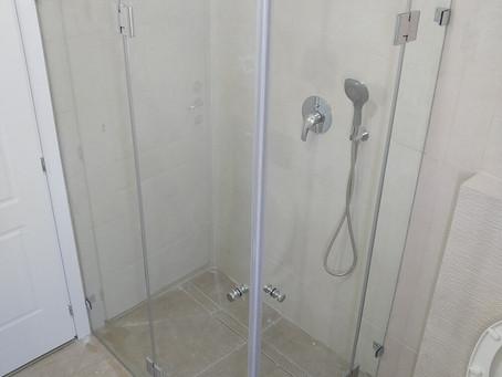 התקנת מקלחון פינתי שקוף