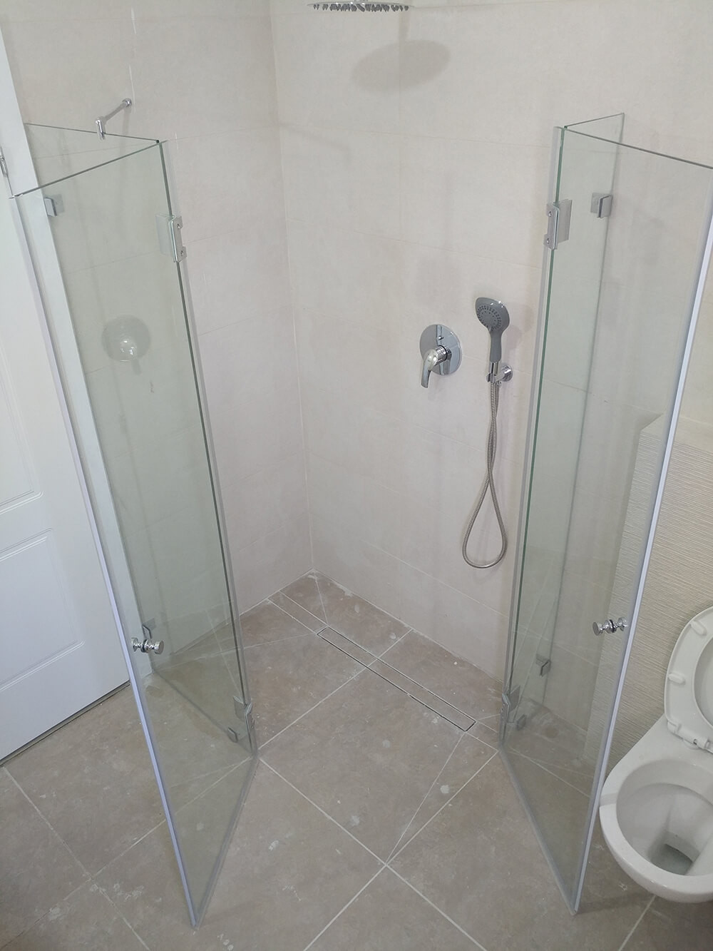 מקלחון פינתי מותקן - מקלחון פתוח חוץ