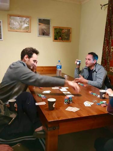 הוילה הגדולה - החבר'ה נהנים ממשחק פוקר ידידותי