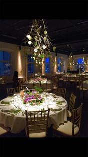 Dukat med runda bord och fin dekor hängandes i taket på Glasverandan
