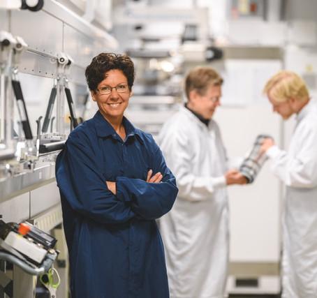 VD Anna Björklou presenterar Epishine som tar energi från ljus inomhus och genererar elektricitet