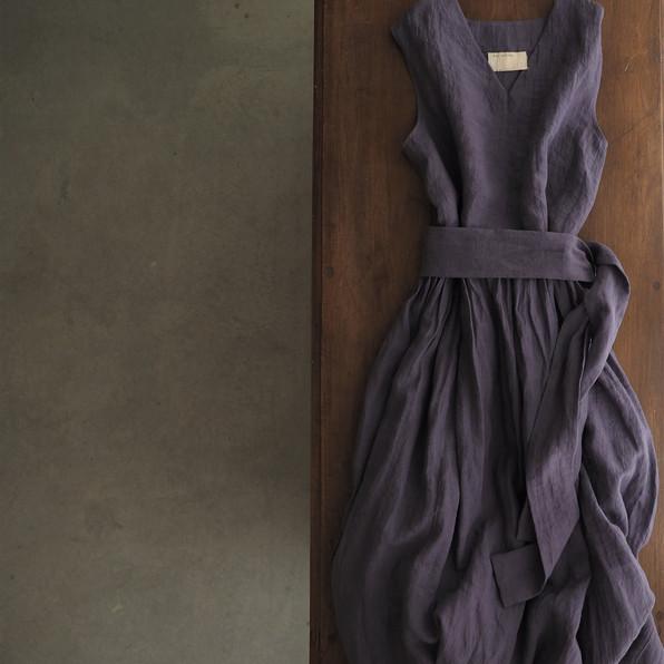 Vネックノースリーブギャザードレス