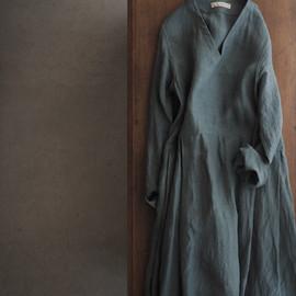 linen V-neck tuck dress