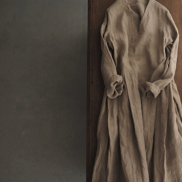 リネンVネックタックドレス