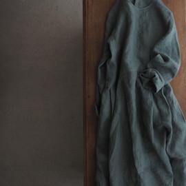 linen round-neck tuck dress