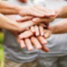 ידיים של צוות אחת על השנייה