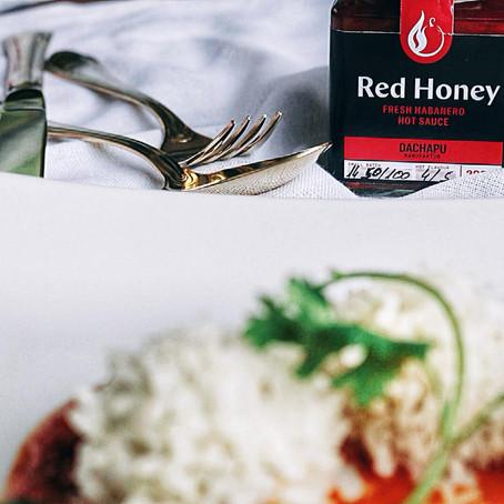 Gedämpfte Red Honey Hähnchen-Bällchen im Milchreismantel