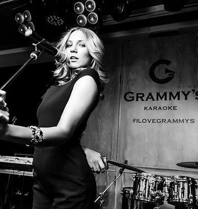 Grammy's karaoke logotype и девушка