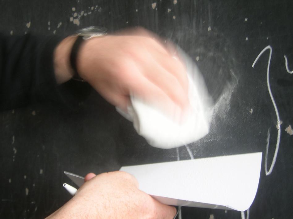 Rilkegedichte werden «abgefüllt» Gedichte von Rilke werden mit Kreide an die Wandtafel geschrieben. Danach das Kreidepulver, die «Gedichte» in Fläschchen gewischt/abgefüllt.