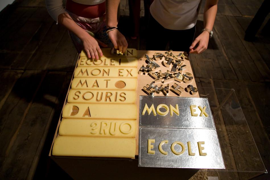 14 frustrationskasten: mit buchstabschablonen weden hassobjekte geschrieben, diese werden von den mäusen im kasten aufgefressen