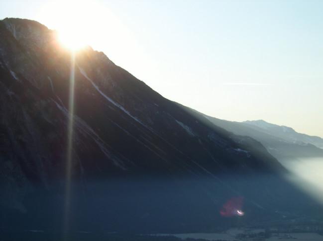 10-facher Sonnenuntergang erleben Der Künstler erforschte einen Weg am Berg, welcher als Linie begehbar ist und er mit Interessierten in einem antrainierten Tempo begehen kann, so, dass man 10 mal hintereinander den Sonnenuntergang erleben kann. Nach jedem Untergang läuft man wieder höher zur nächsten «Sunsetstelle».