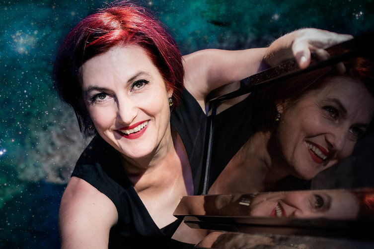 Esther Hasler Lichtjahre Presse-Foto Querformat 1605_3 by Joel Schweizer, frei zur  Veröff