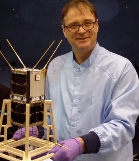 Profesor Iver Cairns with cubesat, photo: The University of Sydney
