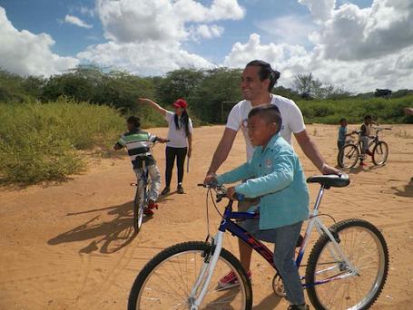 Donamos bicicletas a estudiantes para que no deban caminar por horas al asistir a nuestras clases