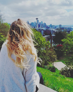 female blonde blogger seattle - view of downtown seattle from Kerry Park -