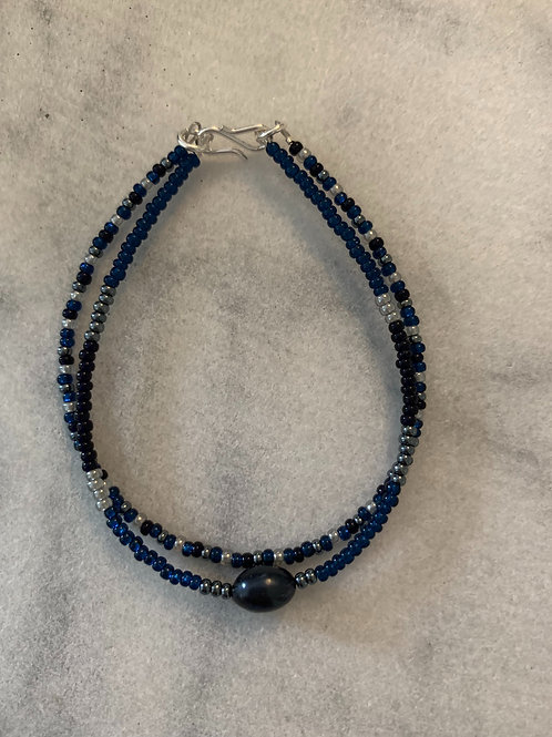 Navy blue bracelet with freshwater pearl, grey and silver