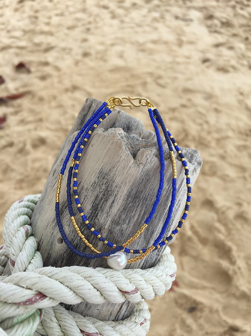 Bracelet of 3 strings royal blue and gold with freswater pearl