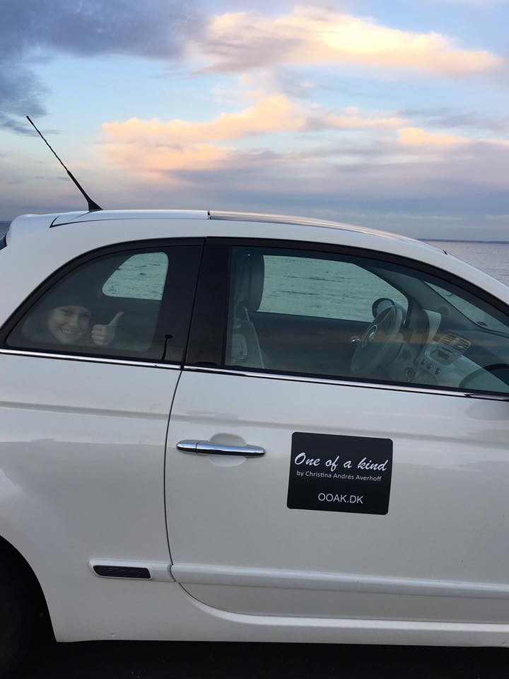 Fiat500 med logo på bil parkeret i Rungsted