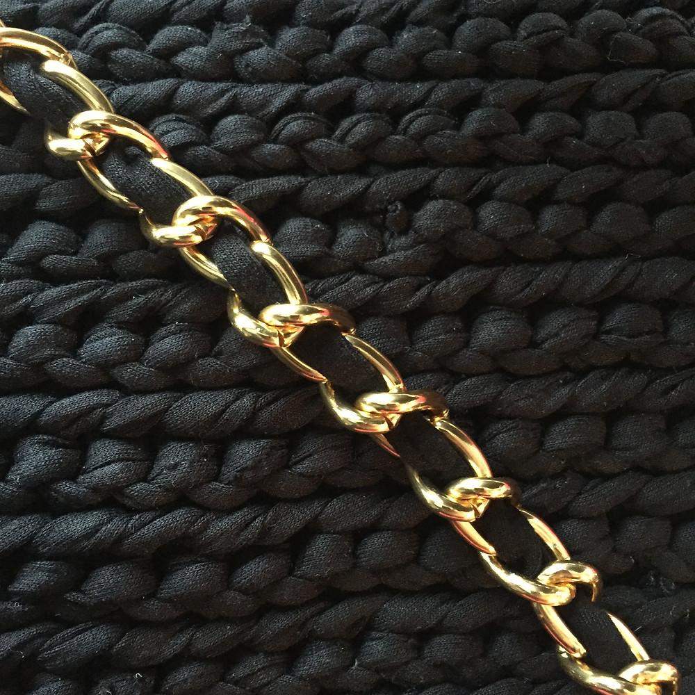 Sort hæklet taske med guld kæde med bånd i