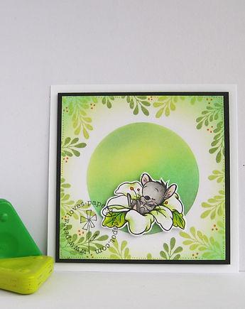 muis slaapt in bloem.jpg