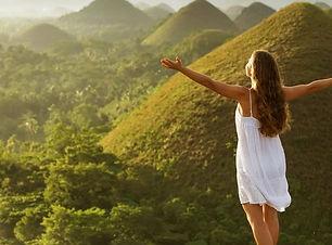 Frei atmen Frau breitet die Arme aus.jpg