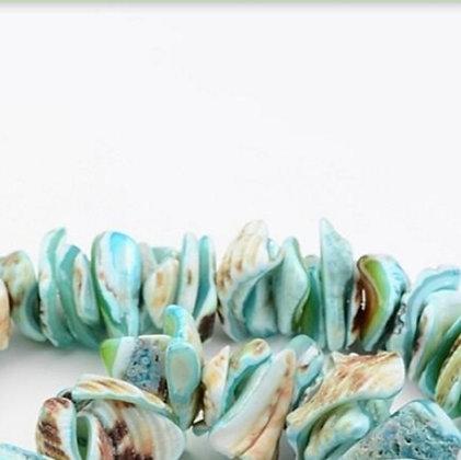 חוט חרוזי שבבי צדף טבעי בגוונים כחולים